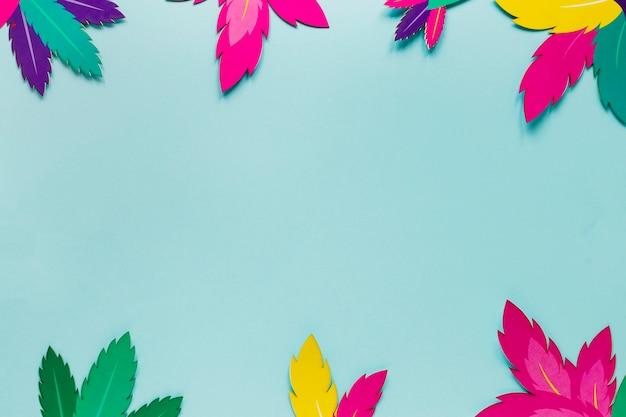 Vista superior del marco de hojas de papel para carnaval
