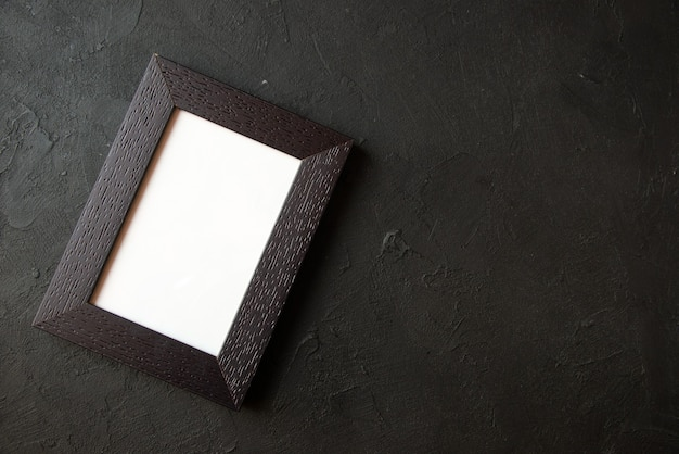 Vista superior del marco de imagen en la pared oscura