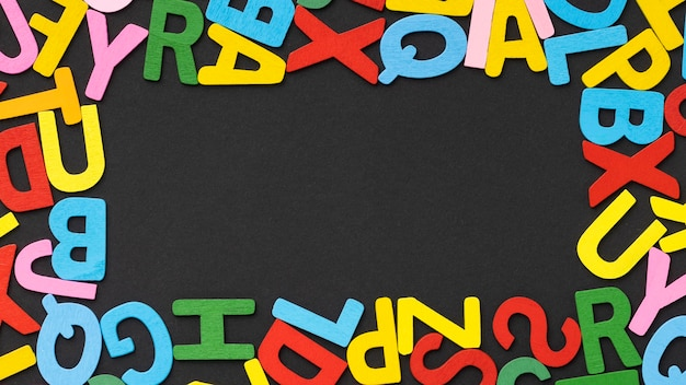 Vista superior del marco de letras coloridas