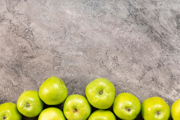 Vista superior del marco de manzanas verdes