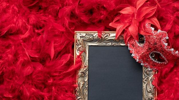 Vista superior del marco con máscara de carnaval y plumas.