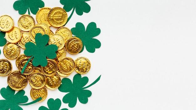 Vista superior del marco de monedas y tréboles.