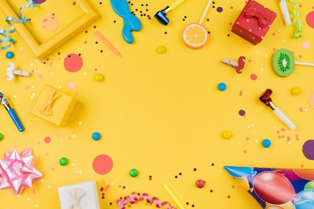Vista superior del marco de objetos de fiesta de cumpleaños
