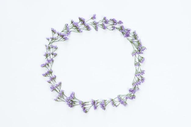 Vista superior del marco redondo de flores con flores violetas y copia espacio aislado sobre fondo blanco, endecha plana. concepto de tarjeta de felicitación