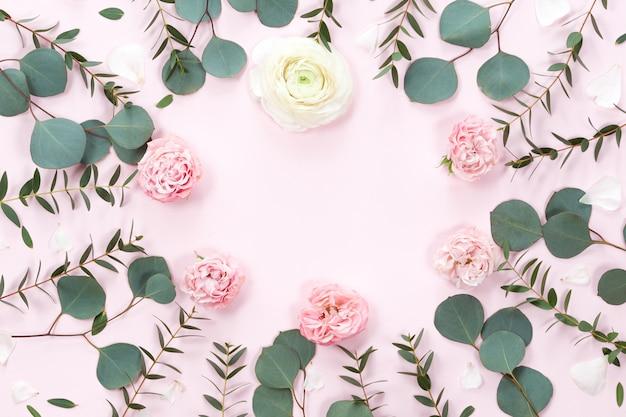 Vista superior del marco redondo de flores con hojas y copia espacio aislado sobre fondo blanco, endecha plana