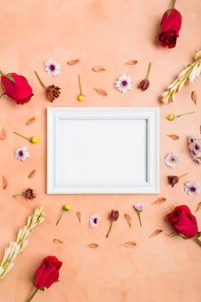 Vista superior del marco con rosas y surtido de flores de primavera