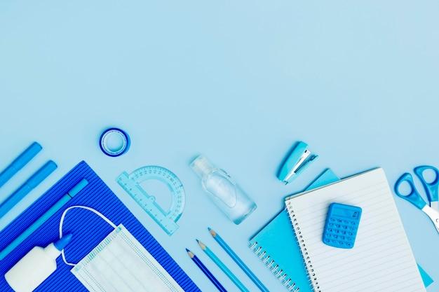 Vista superior del marco de útiles escolares