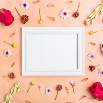 Vista superior del marco con una variedad de flores y rosas de primavera