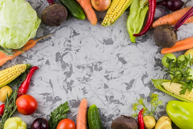 Vista superior del marco de verduras frescas