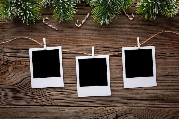 Vista superior de marcos de fotos en una mesa con maqueta