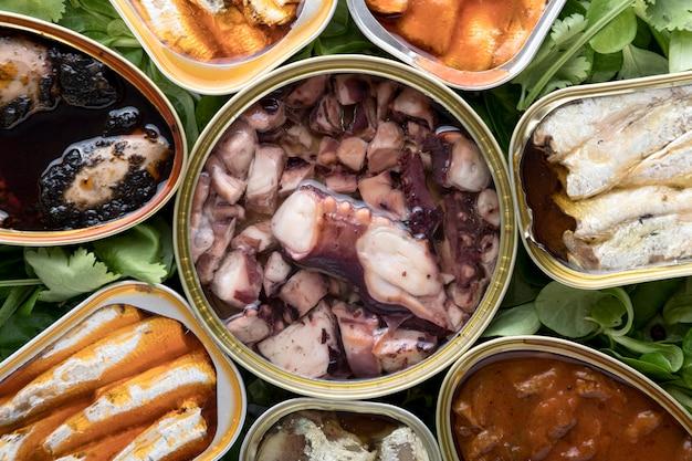 Vista superior de mariscos en latas.