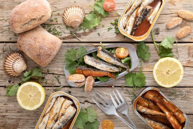 Vista superior de mariscos con limón y ostras.