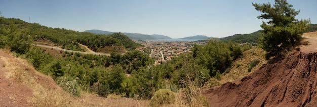 Vista superior de marmaris, turco en día soleado de verano. panorama de la ciudad vieja de las montañas