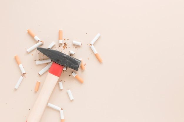 Vista superior martillo con cigarros