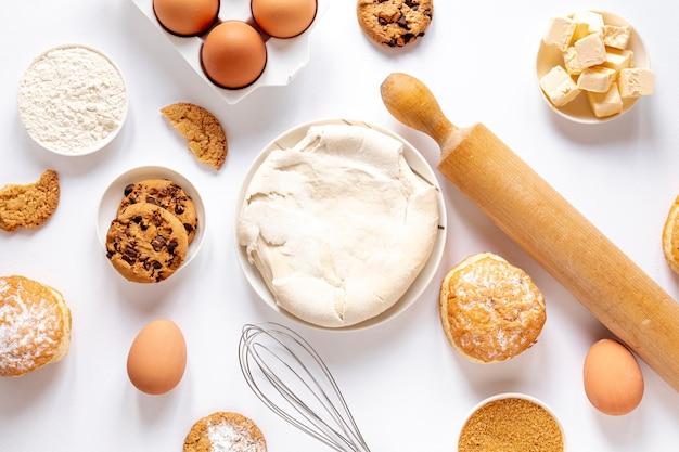 Vista superior de masa y deliciosas galletas