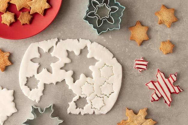 Vista superior de la masa de galletas en forma de copos de nieve