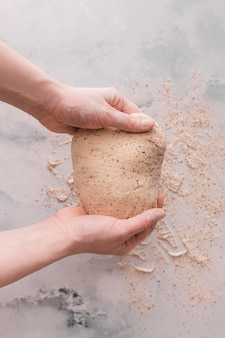 Vista superior de masa con harina
