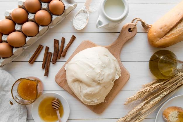 Vista superior masa de pan y miel