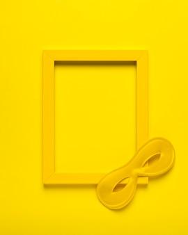 Vista superior máscara de carnaval amarillo con marco amarillo