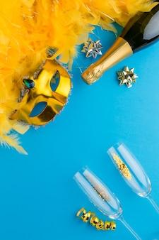 Vista superior de la máscara de carnaval con champán