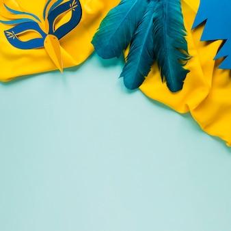 Vista superior de la máscara de carnaval y plumas