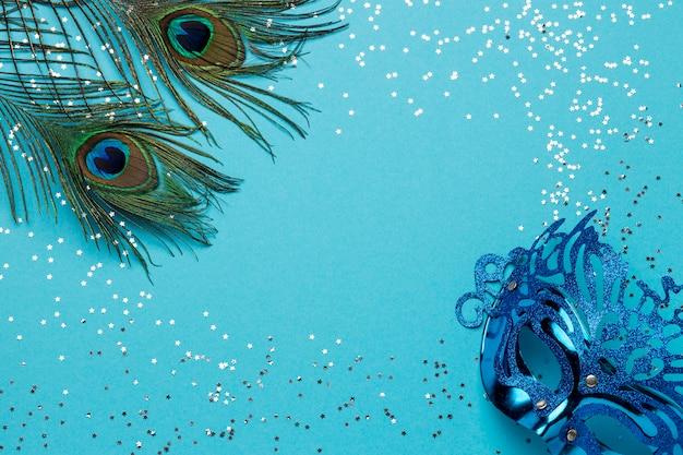 Vista superior de la máscara de carnaval con purpurina y plumas.