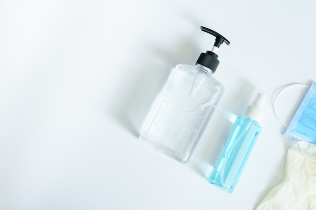 Vista superior de la máscara médica para usar protección contra gérmenes coronavirus o alcohol en gel covid19 o botella de desinfectante para manos para lavarse las manos y guantes médicos