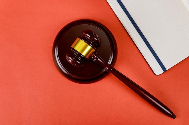 Vista superior de material de oficina con libreta y jueces mazo de madera
