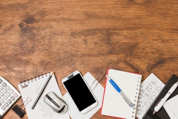 Vista superior material de oficina sobre mesa de madera