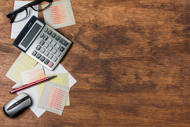 Vista superior material de oficina sobre una mesa
