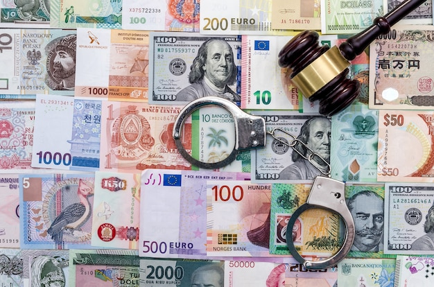 Vista superior del mazo del juez y las esposas en la recolección de dinero mundial