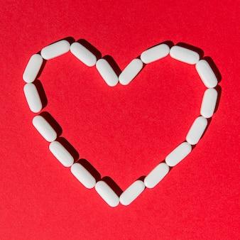 Vista superior medicina en forma de corazón