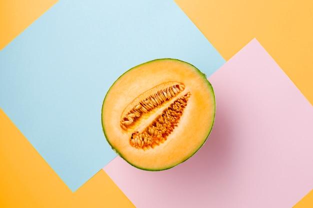 Vista superior del melón en colores de fondo