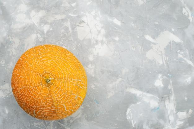 Vista superior melón naranja fresco suave y dulce en blanco