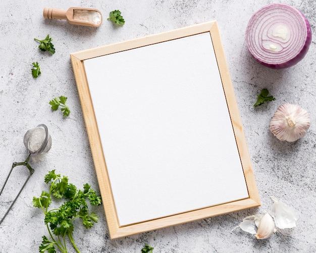 Vista superior del menú en blanco con cebolla y ajo