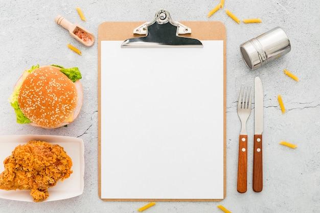 Vista superior del menú en blanco con hamburguesa y pollo frito