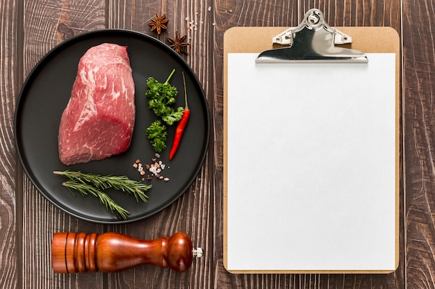 Vista superior del menú en blanco con plato de carne