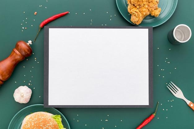 Vista superior del menú en blanco con pollo frito y hamburguesa