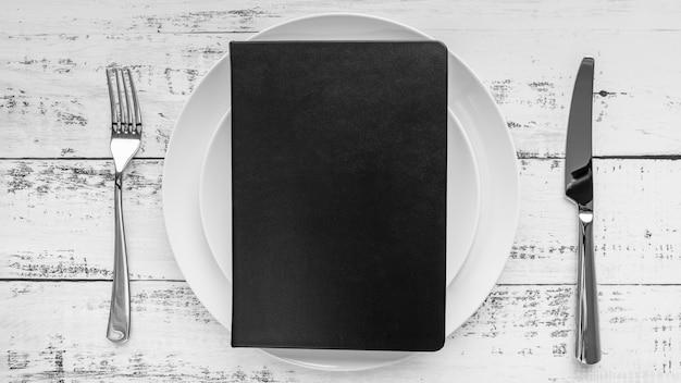 Vista superior del menú en plato con cubiertos