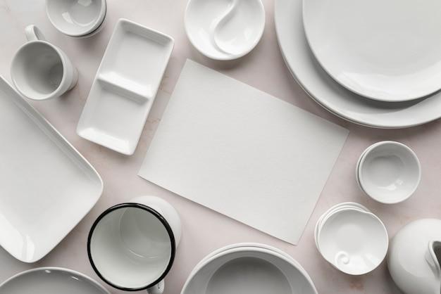 Vista superior del menú vacío con platos blancos