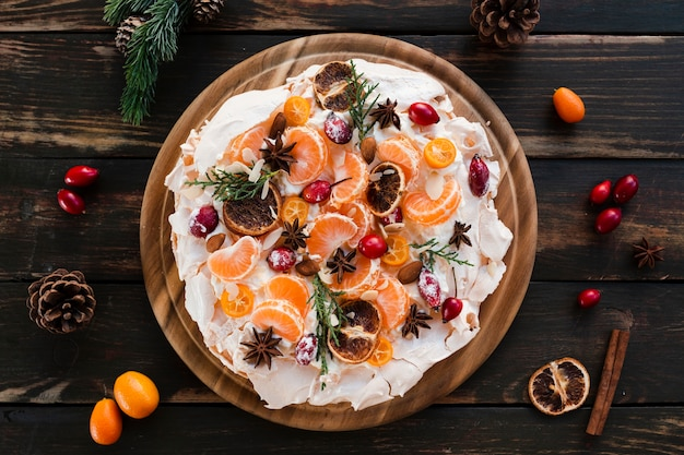 Vista superior del merengue decorado con rodajas de naranja