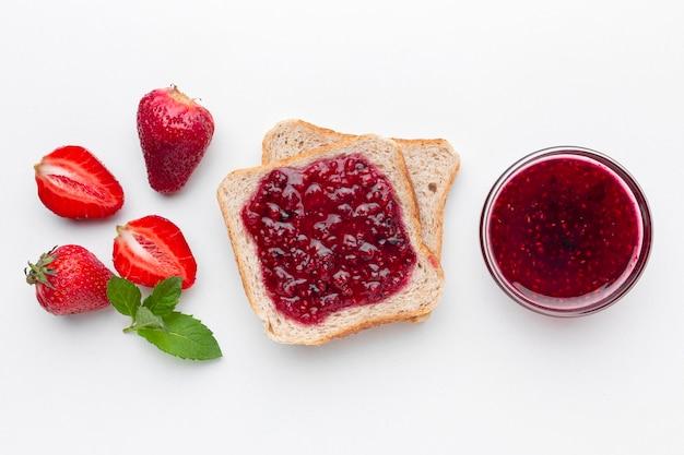 Vista superior mermelada de fresa en pan