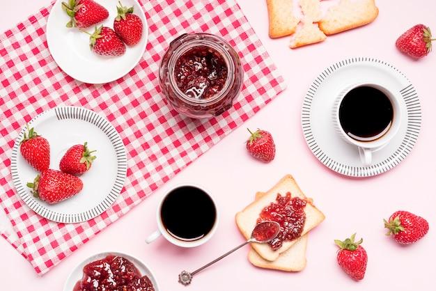 Vista superior mermelada de fresa y surtido de café