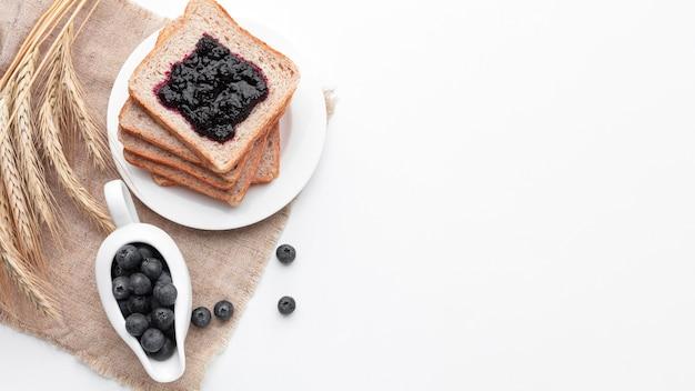 Vista superior mermelada de frutas en pan