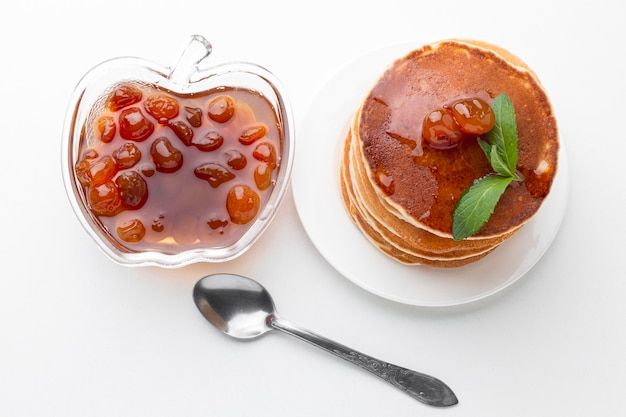 Vista superior mermelada de frutas con panqueques