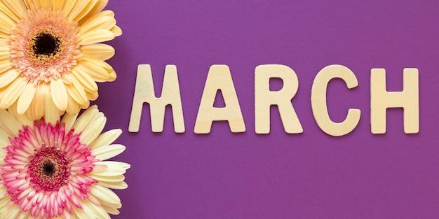 Vista superior del mes con flores para el día de la mujer.