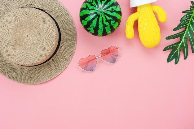Vista superior de la mesa del accesorio de ropa que las mujeres planean viajar en vacaciones de verano