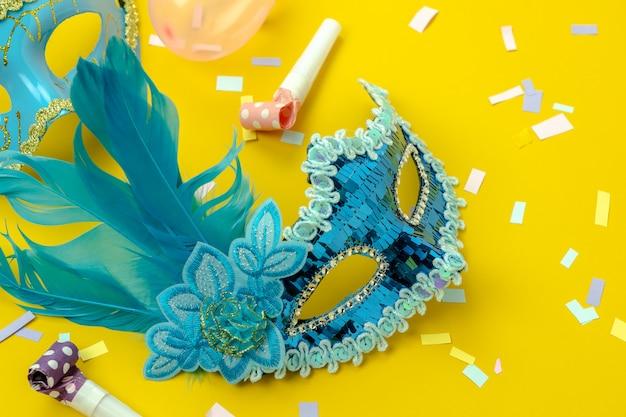 Vista superior de la mesa aérea de la hermosa temporada de carnaval colorido o fondo de fotomatón mardi gras.