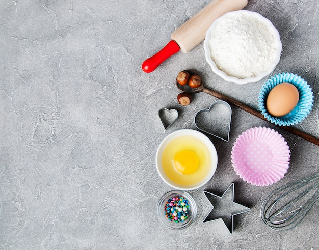 Vista superior de la mesa de la cocina con ingredientes para hornear