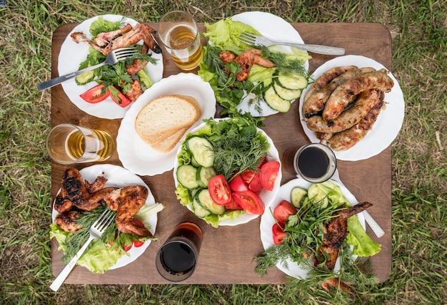 Vista superior de la mesa con comida de barbacoa al aire libre